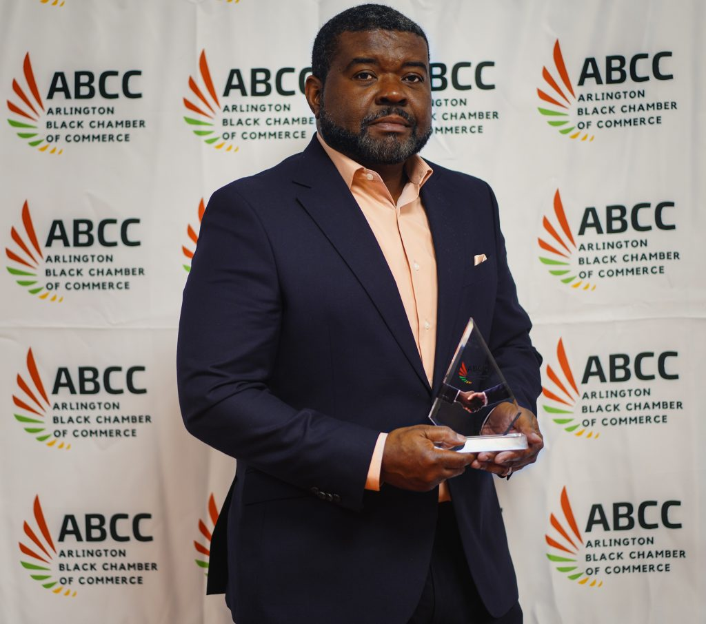Texas Trust Credit Union's Chief Growth Officer Ron Smith receives Small Business Champion Award from Arlington Black Chamber of Commerce